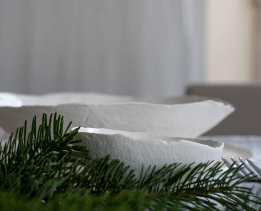 Textpoterie-weiß grün-Tischdeko mit Zweigen-und Porzellan- handgemacht