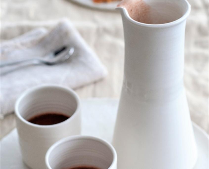 laktosefreier kakao-in Porzellanbecher-textpoterie-handgemachte Keramik